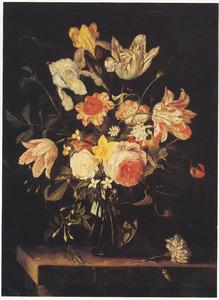 Bloemen in een glazen vaas, met een sprinkhaan en een tuinanjer, op een stenen plint