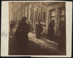 Gezicht op een straat met passanten