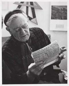 Herbert Fiedler lezend in zijn atelier Rapenburgerstraat, september 1961