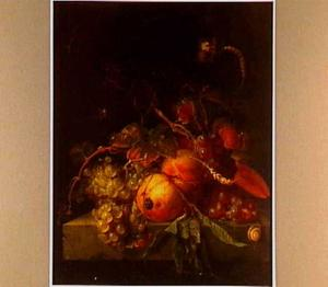 Stilleven met vruchten op een stenen tafel.