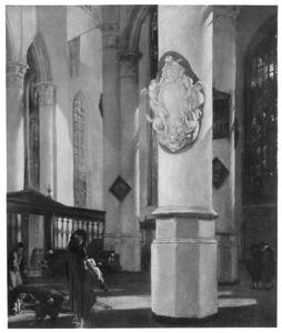 Gezicht in de Oude Kerk te Delft met een kerkbezoeker bij een pilaar met epitaaf van Johan van Lodesteijn