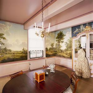 Kamer met landschapbehangsels en twee camee-imitaties als bovendeurstukken