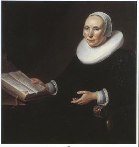 Portret van een vrouw met een boek, zittend in een armstoel