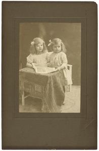 Portret van Petronella Maria van Ling (1907-1995) en Johanna Maria Wilhelmina van Ling (1908-1997)