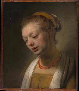 Borststuk van een jonge vrouw met rode ketting