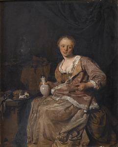 Jonge vrouw met een wijnglas en een steengoed kan in een interieur