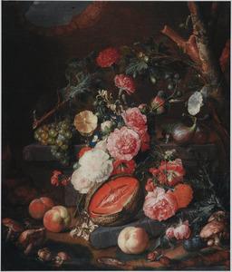 Bosstilleven met vruchten en bloemen op en rond een stenen plint