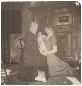 Portret van Laurence Julie Winkelman (1844-?), Laurence Emilie (Kiek) Dutilh (1855-1962) en Laurence Julie van der Haer (1909-1990)