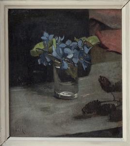 Glas met maartse viooltjes en elzendoppen