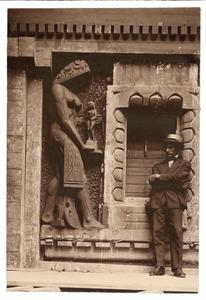 De beeldhouwer Joop van Lunteren bij het beeld van de 'Kunsten en Wetenschappen' aan het postkantoor van Rotterdam, december 1921
