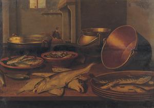 Stilleven met vissen op een houten tafel; in de achtergrond een doorkijk naar een ruimte met een vrouw voor een schouw