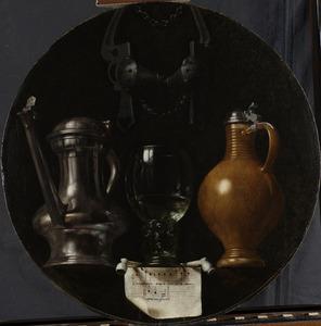 Emblematisch stilleven met kan, glas, kruik en breidel