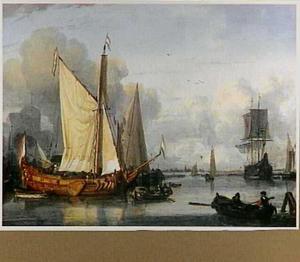 Jacht, fluitschip en andere schepen voor anker in een haven