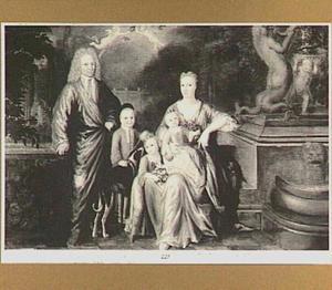 Portret van een familie op een terras met een park op de achtergrond