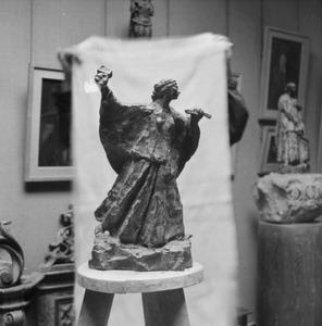 Het atelier van Antoine Bourdelle met een brons van een vrouwelijk beeldhouwer aan het werk (femme sculpteur au travail)