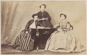 Portret van Gesina Dirks (1842-1870), waarschijnlijk Anna Dirks (1834-1914) of Antje van der Meulen (1833-1910) en een onbekende vrouw