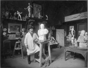 Portret van de beeldhouwer Abraham Hesselink in zijn atelier aan de Plantage Franschelaan 25, Amsterdam