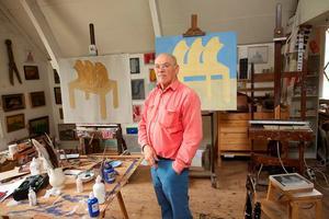 Portret van Klaas Gubbels in zijn atelier