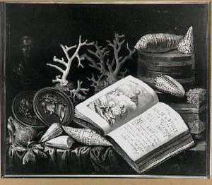 Stilleven met penningen, koralen, schelpen en een christelijk boek