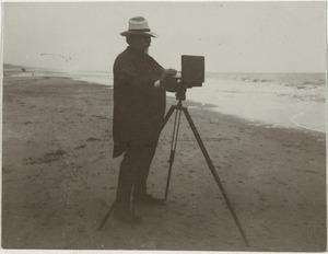 Bernardus Johannes Blommers (1845-1914) schilderend aan het strand
