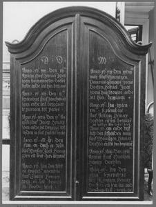 Namen, sterfdata en de kerken waar de geportretteerden - afgebeeld op de binnenzijden van de luiken - hun graf hadden