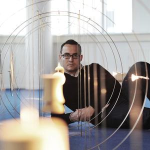 Portret van Inti Hernandez in zijn atelier