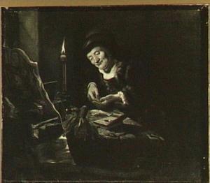 Oude vrouw die geld telt bij kaarslicht in een interieur