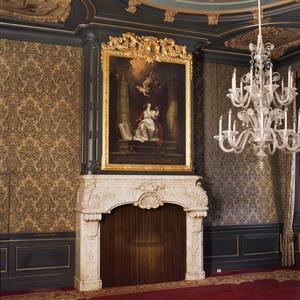 Schoorsteenbetimmering in Lodewijk XIV-stijl met allegorische voorstelling tegen de boezem