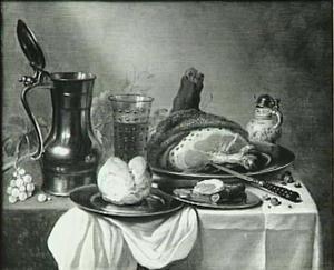 Stilleven met ham, broodje, wijnglas en schenkkan, mosterdpotje en mes