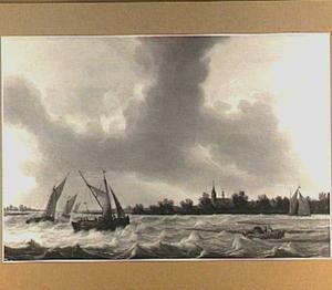 Zeilschepen op een rivier bij stormachtig weer