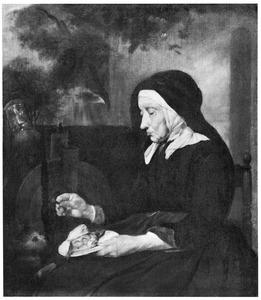 Oude vrouw die een kat vis voert