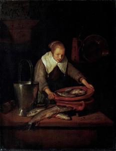 Jonge vrouw met een vergiet met vis