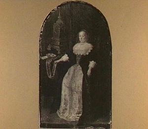 Zittende vrouw bij een tafel met klok