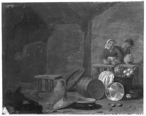 Interieur met man en vrouw achter een tafel