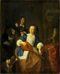 Vrouw die een citer stemt terwijl een man toekijkt