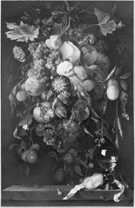 Festoen van vruchten en bloemen boven een roemer en een broodje