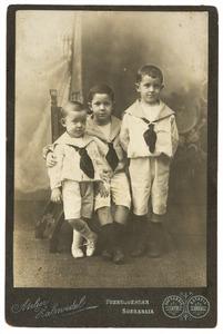 Familieportret van Sjoerd Folkert Willem (1902-), Barthold Theodoor Willem (1896-) en Charles Hubert van Hasselt (1899-1940)