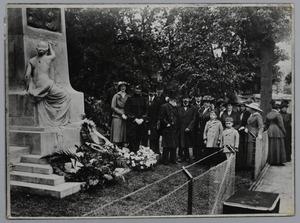 Foto van familie en kunstschilders bij het monument voor de gebroeders Jacob en Willem Maris