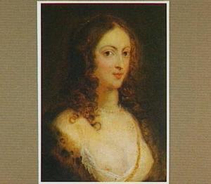 Portret van een jonge vrouw met parelsnoer en met bont afgezet décolleté