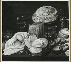 Stilleven met wafels, brood, pannekoeken en glaswerk op een tafel