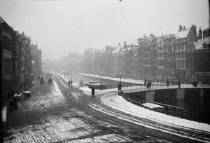 Het Rokin met zicht op de Langebrug gezien vanuit het gebouw van Arti et Amicitiae te Amsterdam