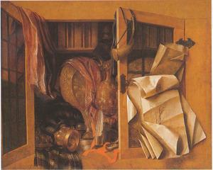 Trompe l'oeil van een kast met boeken en pronkvaatwerk, met een kruithoorn en tekeningen