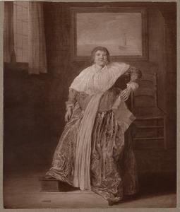 Zittende vrouw met een brief in een interieur
