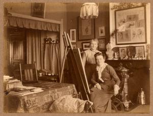 Agnieta Gijswijt in haar atelier met een onbekende vrouw, 25/03/1916
