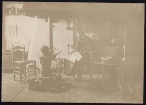 Portret van Piet Mondriaan in zijn atelier aan het Rembrandtplein 10 te Amsterdam