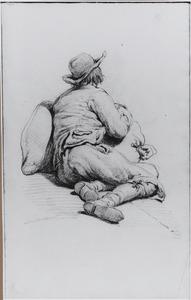 Zittende man, leunend tegen een baal