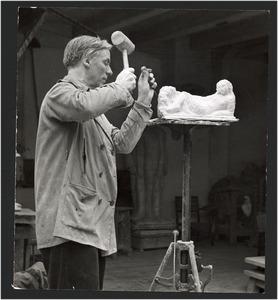 De beeldhouwer Mari Andriessen aan het werk