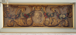 Medaillon met jongeling omgeven door ornamenten en een bloemenslinger