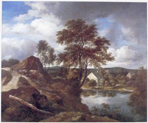 Heuvellandschap met enkele huizen aan een rivier