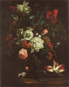 Bloemstilleven in een vaas, versierd met putti, op een marmeren tafel